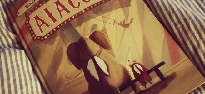 È la storia di Aiaccio che è un pagliaccio e che lavora in un circo. Ma Aiaccio è triste, non è nato per questo lavoro ma un giorno lo è invece diventato perdendo un amore. Un racconto che sembra una fiaba destinato ai ragazzi intorno ai 12 anni